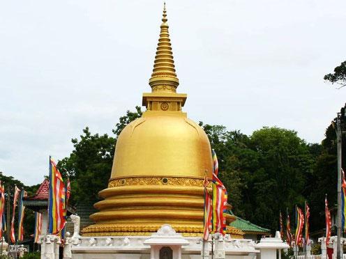 Gouden boeddhistische tempel bij Anuraddhapura in Sri Lanka