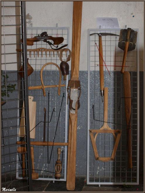 Exposition objets ou matériel anciens en bois, sous la halle municipale, Fête au Fromage, Hera deu Hromatge, à Laruns en Vallée d'Ossau (64)
