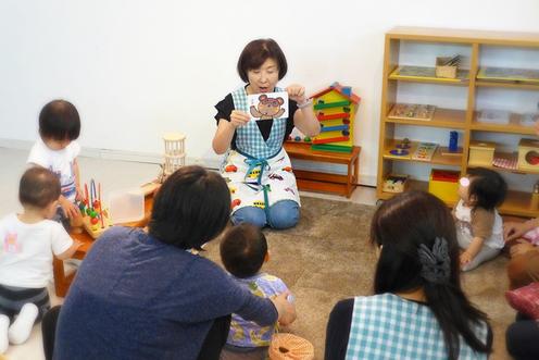 ピッコロコース(6ヵ月~1歳)では、最後に絵本を読んでもらい、楽しみながら視覚と聴覚の発達を促します。を