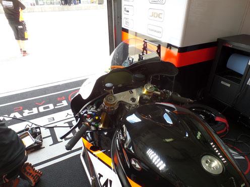 Mit nur einem Tastendruck am linken Lenker können die Fahrer Einstellungen im Rennen verändern.