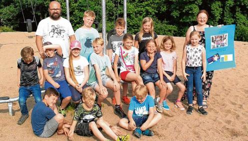 Medienpädagoge Andreas Langer (l.) und Bibliothekarin Jennifer Gräler (r.) mit den Kindern, die ihre Projektarbeit erläuterten.