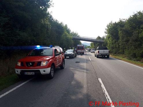 Feuerwehr; Blaulicht; FF Markt Piesting; Unfall; PKW; B21;