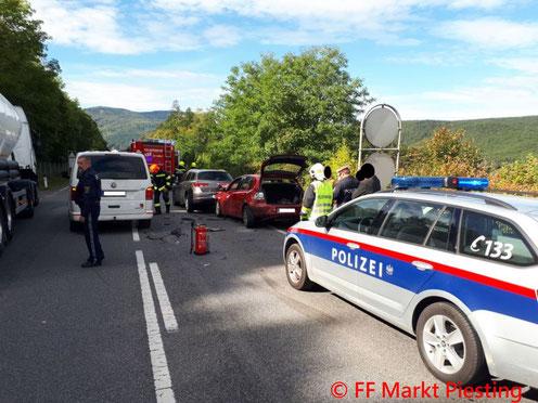 Feuerwehr; Blaulicht; FF Markt Piesting; Auffahrunfall; Verkehrsunfall; LB21; PKW;