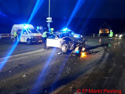 Feuerwehr; Blaulicht; FF Markt Piesting; PKW; Unfall; Tierrettung; B21;