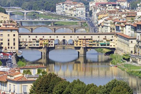 Blick über die Arnobrücken in Florenz