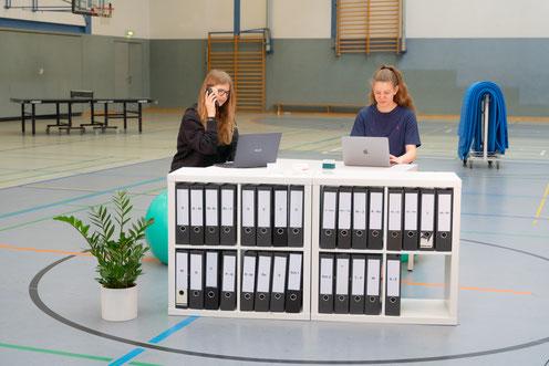 """Smilla und Lenara an ihrem """"Arbeitsplatz"""" in der Sporthalle"""