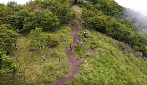 赤 城山に登る三人の姿をドローン撮影(齋藤氏・木村氏提供)