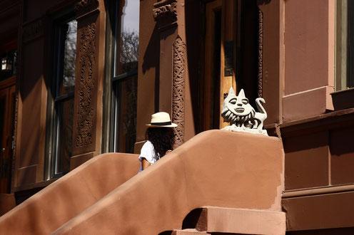 Mensch auf seiner Treppe in Harlem