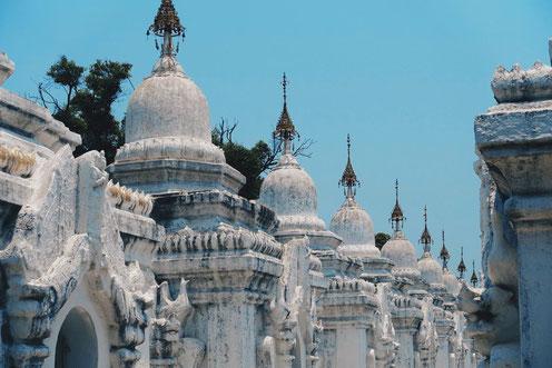 Myanmar Orte schaffen geistiges Wohlbefinden - Kuthodaw Pagoda, Mandalay, Myanmar - Photo by Camille San Vicente on Unsplash