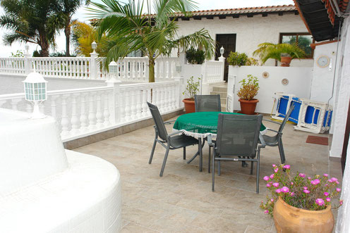 Der gemütliche Bungalow den Sie mieten können,  befindet sich in Santa Ursula  Max. 4 Personen 1 Schlafzimmer 1 weiterer Schlafbereich Große Terrasse WLAN