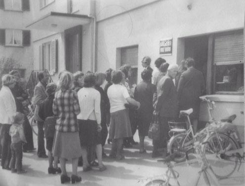 Anstehen für eine herzhafte Käsdönnala (Käsefladen) im Jahr 1977