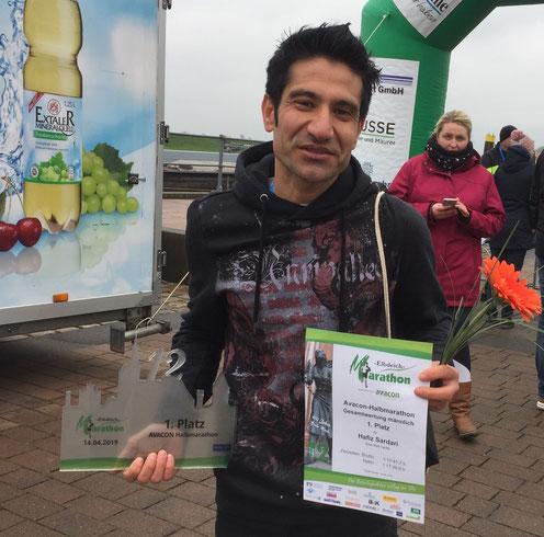 Haviz Sadari aus Stendal ist der Sieger des Halbmarathons. Foto: Alpha-Report