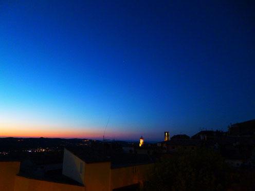 香水の都・グラースの夜明け。開発者撮影。