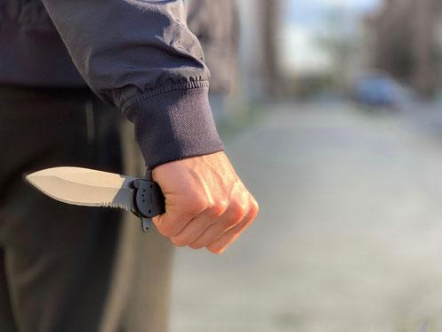 Messer in der Hand eines Angreifers