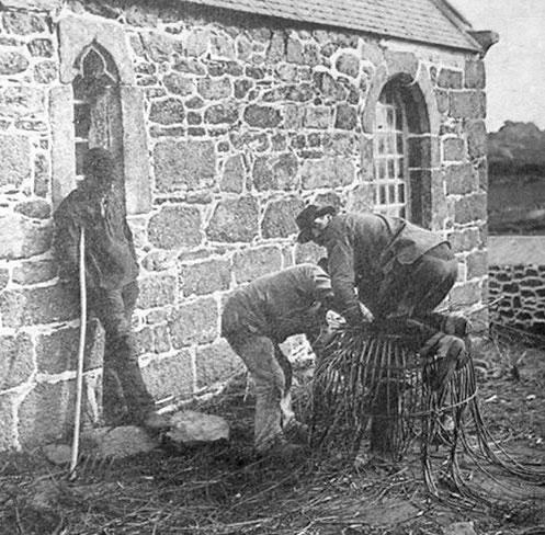 Pêcheurs de Ploumanac'h fabriquant un casier le long de la chapelle de Saint Guirec