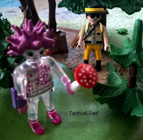 Der Playmobil Jagdaufseher fängt einen Patienten der Psychiatrie ein.