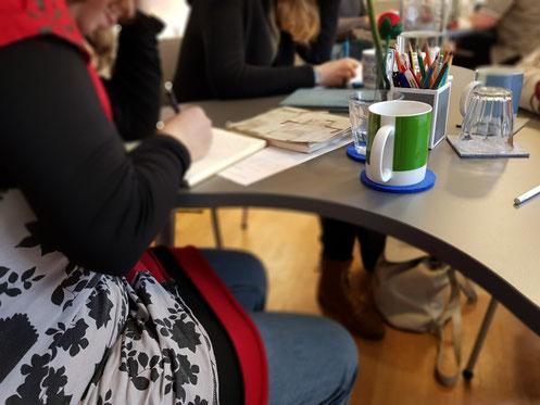Schreibkurs-Teilnehmerinnen beim Schreiben.