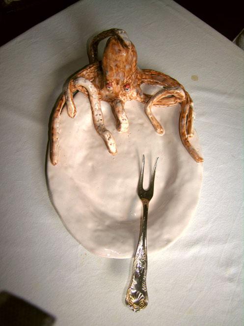 piatto di ceramica con polpo scultura per ristoranti catering