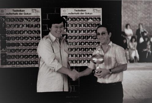 Otwin Adlhoch (links zu sehen) übergibt ein Pokal an den 1. Vorsitzenden von Landshut