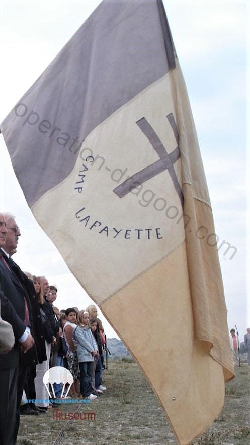 """Le fanion du Camp """"Lafayette"""" qui flotte encore une fois par an lors de la cérémonie du Clos d'Espargon, plateau de Canjuers.(photo A.SOLDI)"""