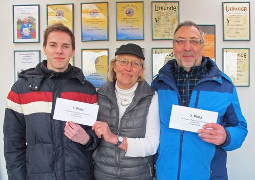 v.l.: Turniersieger Melvyn Lange (Pétanque Club Idstedt e.V.) und Rita Hagge-Hansen (spiel- und punktgleich), 3. Platz Manfred Thomsen
