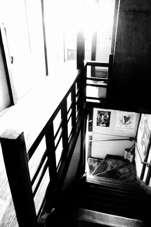 今では宿泊する人がいない「ドヤ」の2階廊下から覗く階下 2017.12.30 撮影