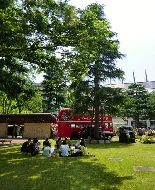 5月25日(2013) 木陰で競馬の予想をするグループ(ダービー前日の東京競馬場にて)