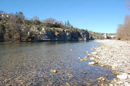 bord de rivière Ardèche à Ruoms