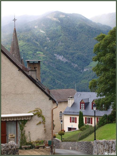 Maisons, ruelle, clocher de l'église Saint Laurent et panorama sur les Pyrénées, village d'Aas, Vallée d'Ossau (64)