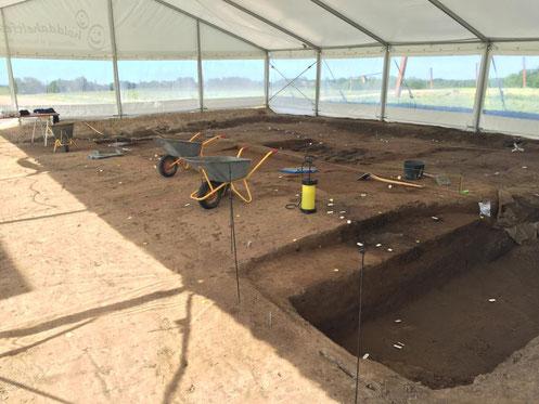 Les archéologues fouillant la porte nord de Borgring. Crédit : Charlotte Price Persson