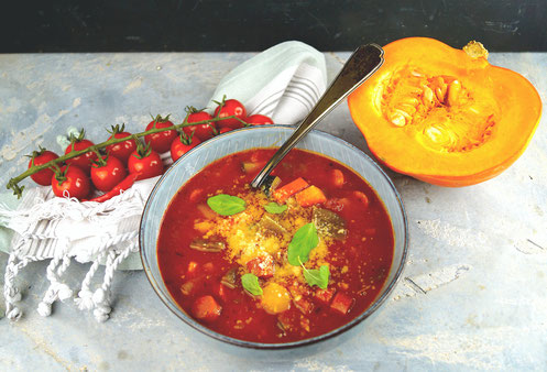 herbstliche Minestrone mit Kürbis, noch viel mehr Gemüse, Thymian und Parmesan