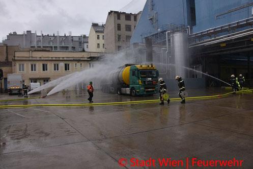 Feuerwehr; Blaulicht; Berufsfeuerwehr Wien; Unfall; Auffahrunfall; LKW; Fahrer; eingeklemmt; Fahrerkabine;