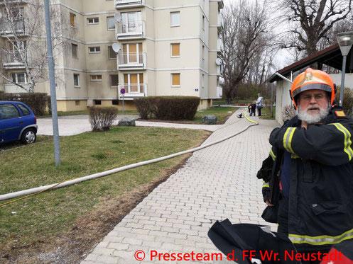 Feuerwehr, Blaulicht, Kellerbrand, Alfred Neubaugasse, Wiener Neustadt
