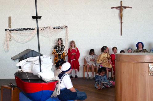 """Die Kinder spielen das """"Kornwunder"""" nach ©Mayk D. Opiolla"""