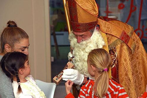 Der Heilige Nikolaus überreichte für die vom FuD unterstützten Kinder einen Schokoladennikolaus. © Patrick Kleibold