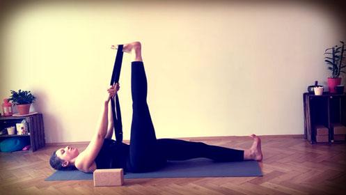 Yoga Übung im Liegen, Beinstreckung, Yoga Übung gegen Stress