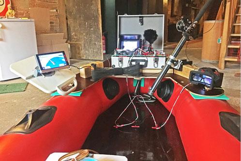 Arbeitsplattform auf Schlauchboot mit Unterwasserkamera, Kameramonitor, digitalem Rekorder, GPS und Sonar