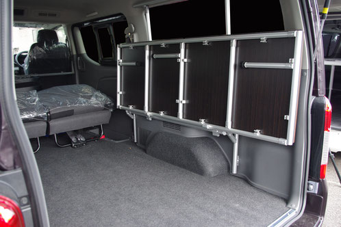 NV350キャラバンの跳ね上げフレーム式ベッドです。
