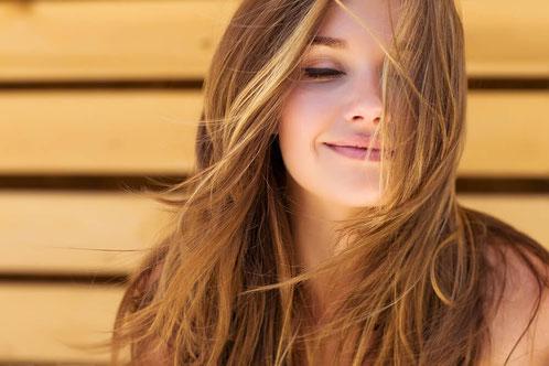 Mädchen mit natürlich gepflegten Haaren