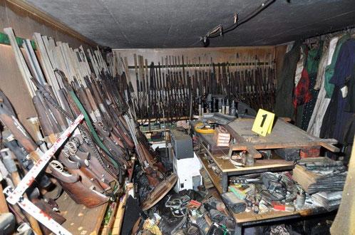 Bunker mit gestohlenen Jagdgewehren im Haus des Alois Huber (Quelle: Welt.de)