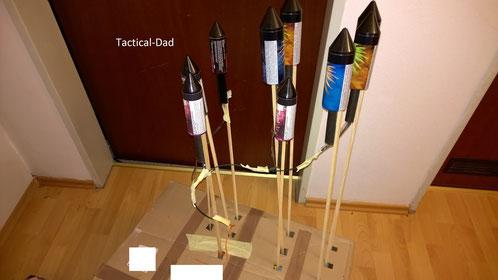 Klasse 2 Raketen auf einem Karton montiert und verleitet. Derartige Kartons zum Starten fangen aber leicht mal das Brennen an.