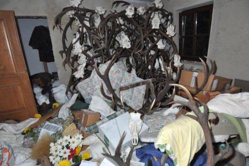 """""""Skulptur"""" aus Geweihen im Haus des Alois Huber (Quelle: Welt.de)"""