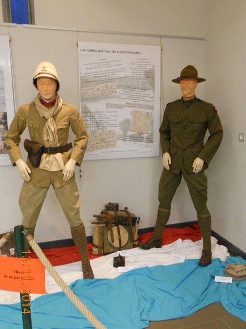 Uniformes d'époques : A gauche un soldat français aux Dardanelles et à droite un soldat américain