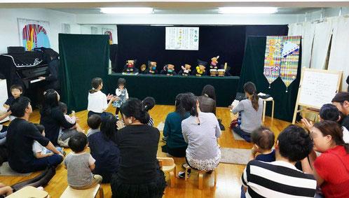 秋の芸術鑑賞会として、0歳児から幼稚園児まで楽しめる人形劇を教室で開催しました。