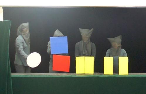 「積み木で遊ぼう」というプログラムでは、たくさんの形が登場していろいろなもので変身します。