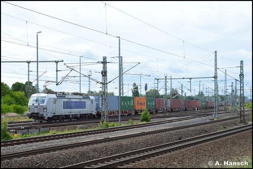 In Tschechien fahren die Loks der Vectron-Familie als BR 383. 383 402-5 zieht am 6. Juni 2020 einen Containerzug durch Luth. Wittenberg Hbf.