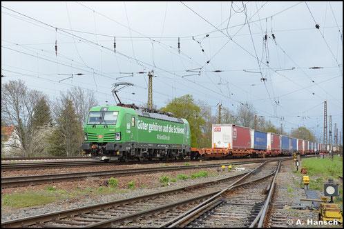 Die DB hat einige ihrer Loks der BR 193 mit Werbelackierungen bzw. -beklebungen versehen. So auch die grüne 193 560-0, die am 05. Mai 2021 mit Lkw-Zug durch Leipzig-Wiederitzsch fährt