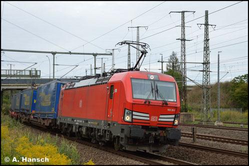 Mit Lkw-Walter-Zug legt sich am 28. August 2020 193 351-4 in die Kurve unter der Wittenberger Triftbrücke