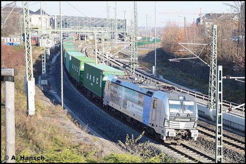 Der gleiche Zug (Container nach Wiesau) begnegnet mir am 3. Dezember 2015 bei der Ausfahrt aus Chemnitz Hbf. Wieder ist 193 806-7 die Zuglok