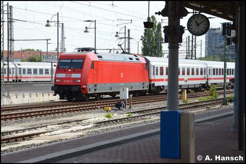 Am 4. August 2016 trägt die Lok wieder das DB-rot - hier fährt sie mit einem IC in Dresden Hbf. ein